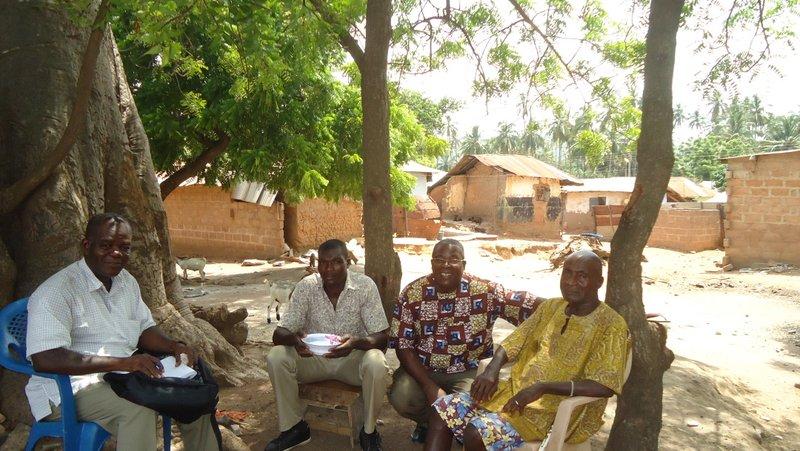 Sous un baobab, le plus vieil habitant d'Otinibi raconte comment tout a commencé