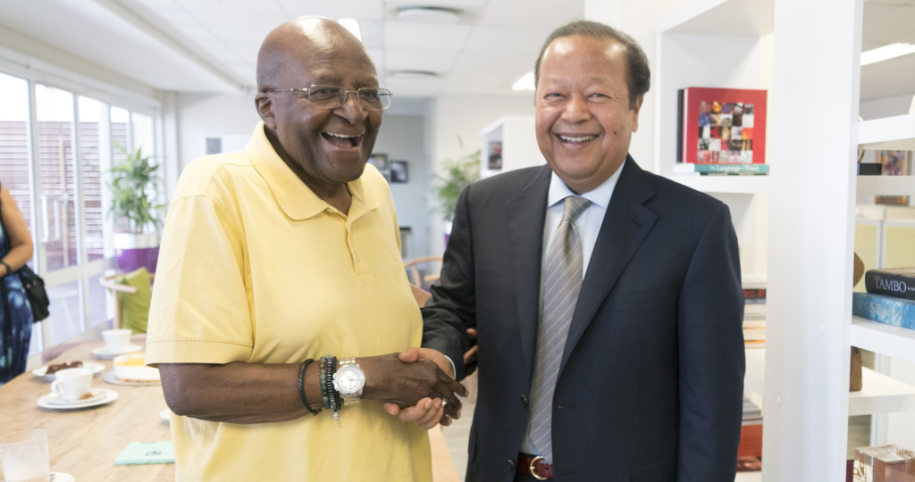 Renowned social activist Desmond Tutu (left) and Prem Rawat recently met in South Africa.