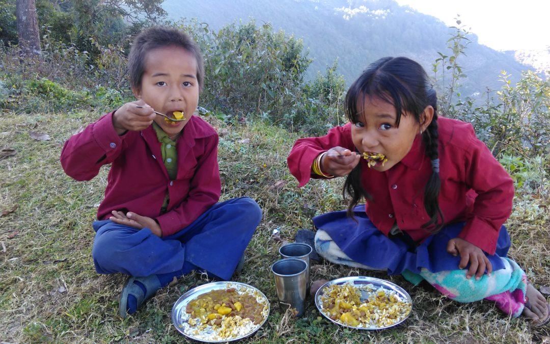 El programa de ayuda alimentaria llega a una remota escuela de Nepal.
