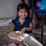 A Fundação Prem Rawat está trabalhando com a WCK para alimentar vítimas dos furacões Iota e Eta, como esta criança.